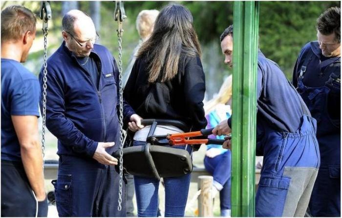 Девушка застряла попой на детской качели